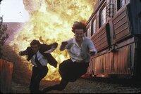 James Bond (Pierce Brosnan) und Natalya Simonova (Izabelle Scorupco) sind dem Anschlag von Janus nur knapp entkommen