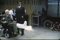 """L-R: Von """"Q"""" (Desmond Llewelyn) bekommt James Bond (Pierce Brosnan) allerlei technisches Spielzeug"""