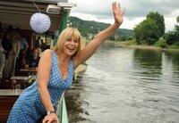 Steffi Krieg (Mona Seefried) genießt ihre Flussfahrt auf der Elbe.