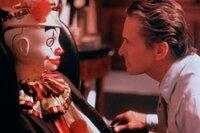 Kaum hat sich Nicholas Van Orton (Michael Douglas) auf das 'Game' eingelassen, verliert er all die schönen Dinge, die er in seinem egoistischen und einsamen Leben als wertvoll betrachtet hat: Fremde verwüsten sein Haus und der wohlhabende Geschäftsmann wird um sein Vermögen gebracht.