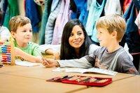 Collien Ulmen-Fernandes im Gespräch mit zwei Jungen im Grundschulalter.