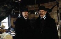 Polizist Grüner (Gerd Fitz, rechts) und der Kriminaler Ludwig Grandauer (Jörg Hube).