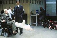 L-R: Q (Desmond Llewelyn) und James Bond (Pierce Brosnan)