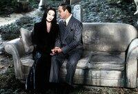 Mutter Morticia (Anjelica Huston, l.) und Vater Gomez (Raul Julia, r.) pflegen eine innige Liebesbeziehung. Auf dem Friedhof besprechen sie die derzeitigen Familienereignisse ...