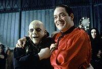 Der seit Jahren verschollene Onkel Fester (Christopher Lloyd, l.) taucht bei Familie Addams auf. Natürlich freut sich sein Bruder Gomez (Raul Julia, r.) am meisten. Doch was führt Fester wirklich im Schilde?
