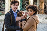 Lucas (Jonah Hauer-King, l.); Olivia (Alexandra Shipp, r.)