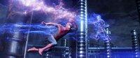 Als ein Elektriker sich nach einem Arbeitsunfall mit mutierten Zitteraaalen in den lebenden Blitz Electro (Jamie Foxx, r.) verwandelt, muss Spider-Man (Andrew Garfield) eingreifen, um die Bewohner von New York City vor dessen unkontrollierbarer Kraft zu beschützen.