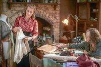 Tilly (Kate Winslet, li.) hat das Nähen von ihrer Mutter Molly Dunnage (Judy Davis, re.) gelernt. Auf natürliche Art und Weise fangen die beiden nach Tillys Rückkehr wieder an, im Atelier zusammenzuarbeiten.