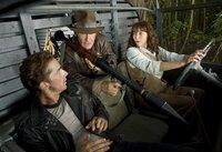 Auf der Suche nach dem Kristallschädel beginnt ein spektakuläres Abenteuer für Indiana Jones (Harrison Ford, M.), Mutt (Shia LeBeouf, l.) und Marion Williams (Karen Allen, r.) ...