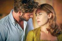 Teddy McSwiney (Liam Hemsworth) und Tilly (Kate Winslet) kommen sich beim Schwelgen in der gemeinsamen Vergangenheit näher. Teddy will sie vor den Anfeindungen und Verdächtigungen der anderen Provinzler schützen.