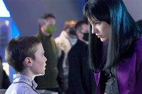 Six (Cameron Bright) und Violet Song Jat Shariff (Milla Jovovich)