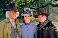 L-R: Doc Brown (Christopher Lloyd), Clara Clayton (Mary Steenburgen) und Marty McFly (Michael J. Fox) ...