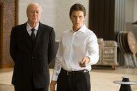 Müssen mitansehen, wie der Joker Gotham City in ein anarchisches Chaos stürzt: Bruce Wayne alias Batman (Christian Bale, r.) und Butler Alfred (Michael Caine, l.) ...