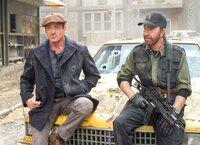 Auch wenn Booker (Chuck Norris, r.) neu in der Söldnertruppe von Ross (Sylvester Stallone, l.) ist, bewährt er sich sofort im Kampf ...
