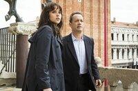 Felicity Jones (Dr. Sienna Brooks), Tom Hanks (Robert Langdon).