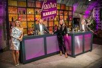 Moderatorin Laura Karasek mit Sascha Lobo, Sophia Thomalla und Sophia Popov an der Theke im Studio.