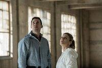 Dr. Jack Hodgson (David Caves) und Dr. Nikki Alexander (Emilia Fox) schauen sich am Tatort um.