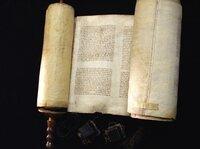 Die Torarolle von Baal Shem Tov liegt im Center for Jewish History in New York. Baal Shem Tov war der Begründer der Chassisdischen Bewegung, die auch heute noch zahlreiche Anhänger hat. Er verstarb 1760. Alljährlich versammeln sich an seinem Grab in Medschébosch in der Ukraine chassidische Juden aus den USA, aus Israel und Europa.