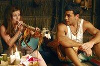 Lena (Josefine Preuß) und Cem (Elyas M'Barek) machen sich mit den Gebräuchen der Eingeborenen vertraut.