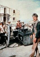 Colonel David Crocket (John Wayne, re.) hat sich mit seinen Gefaehrten aus Tennessee den Verteidigern von Fort Alamo, einer befestigten ehemaligen Missionsstation, angeschlossen. ARD Degeto - honorarfrei, Verwendung nur im Zusammenhang mit o. g. Sendung bei Nennung Bild: ARD Degeto (S 2), Presse und Programmbetreuung (069) 1509-334 oder -335