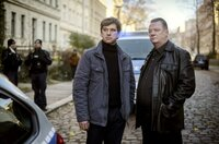 Kommissar Michael Lehmann (Peter Schneider) und Kommissar Henry Koitzsch (Peter Kurth) am Tatort.