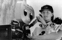 Jodie Foster am Set ihres Films ?Familienfest und andere Schwierigkeiten? im Jahr 1995: Der Werdegang des Multitalents Jodie Foster zeugt von einem stetigen Kampf um Anerkennung in Hollywood und der Unterhaltungsbranche.
