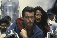 James Bond (Pierce Brosnan) ist mit Wai LIn (Michelle Yeoh) auf der Flucht