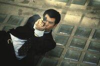 James Bond (Pierce Brosnan) hat seine Gegner im Visier