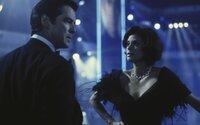 James Bond (Pierce Brosnan) versucht über seine frühere Paris (Teri Hatcher) an deren Mann, den Medienmogul Elliot Carver) heranzukommen