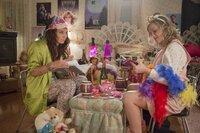 Tina Fey als Kate Ellis (l.) und Amy Poefler als Maura Ellis (r.)