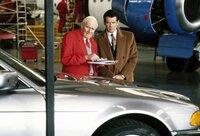 """Von """"Q"""" (Desmond Llewelyn) bekommt James Bond (Pierce Brosnan) immer die neuesten technischen Hilfsmittel für seine Einsätze"""