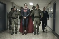 Schurke General Zod fordert die Auslieferung von Superman (Henry Cavill, M.). Gibt sich dieser einfach so geschlagen?
