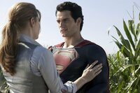 Die taffe Reporterin Lois Lane (Amy Adams, l.) bietet Superman Clark Kent (Henry Cavill, r.) Beistand, als dieser ins Wanken gerät ...