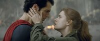 Wie gewinnt man das Herz einer Dame? Man rettet ihr das Leben. Zwischen Superman (Henry Cavill, l.) und Reporterin Lois Lane (Amy Adams, r.) scheint es gefunkt zu haben ...