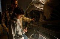 Das S-Symbol, das Superman auf der Brust trägt, hat eine ganz besondere Bedeutung: Gemeinsam mit seinem Adoptivvater Jonathan (Kevin Costner, hinten) lüftet der junge Clark Kent (Dylan Sprayberry, vorne) das Geheimnis hinter dem Symbol und damit auch seiner Herkunft ...