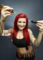 (1. Staffel) - Mit der Nadel in der Hand fühlt sich Nancy Mietzi wohl und kann das auch perfekt in ihre Tattoos übertragen ...