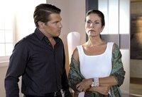 Von Carlas Unfall innerlich ber¸hrt, mu? Ansgar (Wolfram Grandezka, l.) sich gegen Maria (Simone Ritscher, r.) verteidigen, die ihm unterstellt, dass er Carla aus dem Weg r%umen wollte.