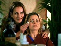 Jocelyn (Robin Stapler, re.) hat einen Termin bei der Kosmetikerin Nicole (Jodi Bianca Wise, li.)...Jocelyn (Robin Stapler, re.) hat einen Termin bei der Kosmetikerin Nicole (Jodi Bianca Wise, li.)...