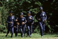 Kommen beim Training auf der Police Academy ganz schön ins Schwitzen: (v.l.n.r) Die Kadetten Larvell Jones (Michael Winslow), Carey Mahoney (Steve Guttenberg), Eugene Tackleberry (David Graf) und Moses Hightower (Bubba Smith) ...