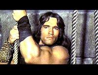 Conan (Arnold Schwarzenegger) und seine Freunde brechen in einen Tempel ein.