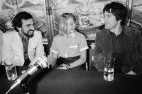 """Jodie Foster (Mi.) und Robert De Niro (re.) während einer Pressekonferenz nach der Präsentation des Films """"""""Taxi Driver"""""""" unter der Regie von Martin Scorsese (li.) bei den Filmfestspielen in Cannes im Mai 1976"""