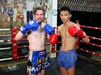 Thailand - das Land des Lächelns und der asiatischen Köstlichkeiten. Die Thais sind weltbekannt für ihre höfliche Art - aber auch für ihre ausgeklügelte Kampfkunst. Klaas (l.) wagt sich an sportliche Traditionen und begibt sich in Khon Kaen in den Thai-Box-Ring ...