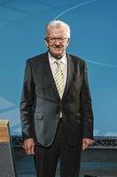Es wird seine dritte Amtszeit sein: Heute (12. Mai 2021) will sich Winfried Kretschmann von den Grünen erneut wählen lassen. Seine Wahl gilt als sicher, hat doch seine Koalition aus Grünen und CDU eine komfortable Mehrheit im Landtag. Anschließend werden die Ministerinnen und Minister seines Kabinetts vereidigt. Der SWR überträgt beides von 11.00 bis 12.30 Uhr. Moderation: Michael Matting und Edda Markeli. Experte:  Ministerpräsident Winfried Kretschmann.