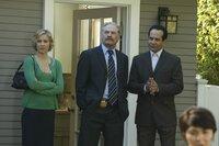 Natalie (Traylor Howard, l.), Captain Leland Stottlemeyer (Ted Levine, M.) und Adrian Monk (Tony Shalhoub, r.) statten Richter Ethan Rickover einen Besuch ab, um für die Wohnung eines Verdächtigen einen Durchsuchungsbefehl zu bekommen.
