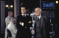 """James Bond (Pierce Brosnan) bekommt von """"Q"""" (Desmond Llwewlyn) neuen Ausrüstung"""