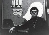 Ulrike Ottinger vor Alan Ginsburg Paris 1965. Ulrike Ottinger posiert vor ihrem Bild von Alan Ginsburg 1965