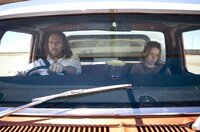 Lucky (Tim Minchin) und Meg (Milly Alcock)