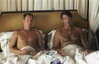 L-R: FBI-Agenten Stan Lloyd (Woody Harrelson), Max Burdetts (Pierce Brosnan)