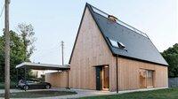 Außen nur scheinbar verschlossen ist das klar strukturierte Haus innen freundlich und hell.