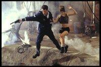 James Bond (Pierce Brosnan) und Christmas Jones (Denise Richards) gelingt in letzter Sekunde die Flucht